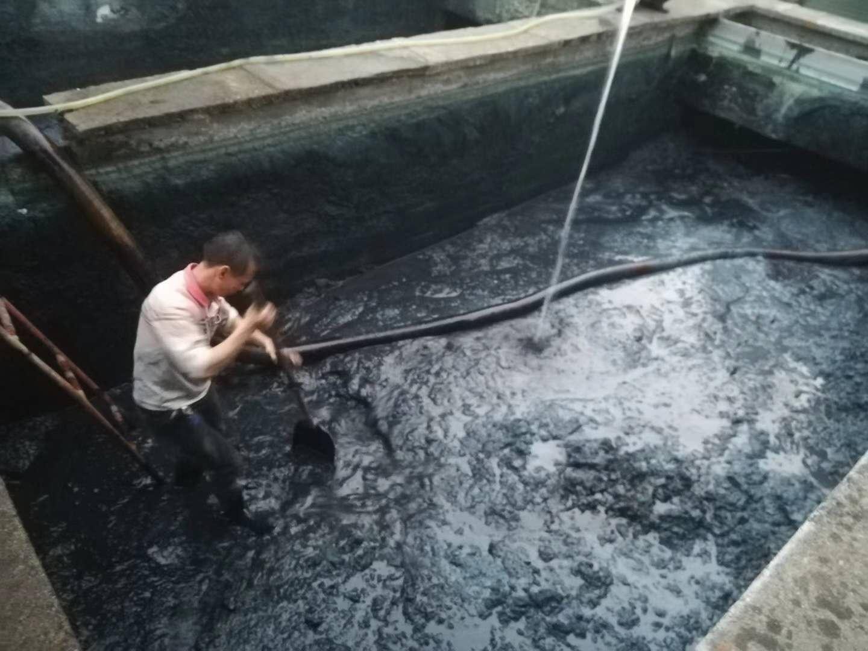 从化城郊街道明珠社区污水池清理淤泥