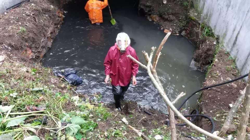 从化街口西宁社区污水池清理